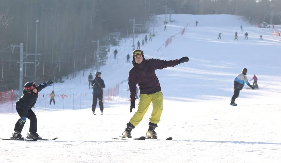 Film do artykułu: Idealne warunki dla narciarzy na stokach w Kielcach i regionie. Trwa białe szaleństwo