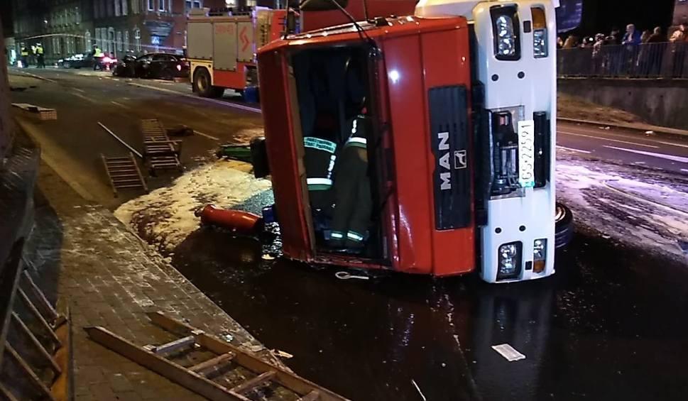 Film do artykułu: Wypadek na ul. Tuwima. Wóz strażacki zderzył się z osobówką [zdjęcia]