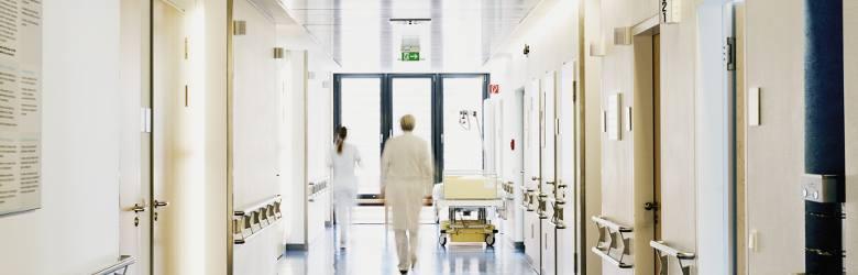 SALOWA / SALOWYPracownik ochrony zdrowia, zajmujący się utrzymaniem czystości w placówkach ochrony zdrowia, w szczególności w salach szpitalnych - stąd