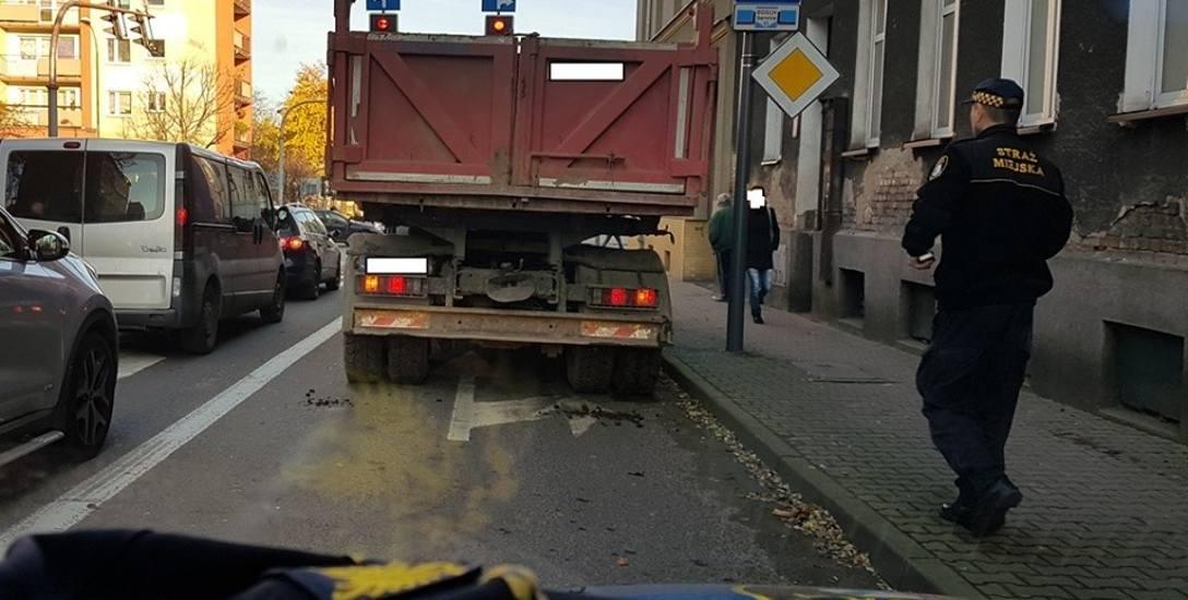 Pojazd, z którego wysypało się kruszywo, jechał od strony ulicy Pierwszej Brygady. Strażnicy interweniowali na ul. Konopnickiej