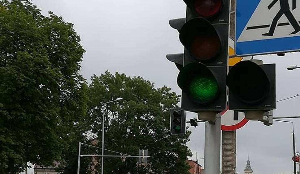 Film do artykułu: W Radomiu są pierwsze liczniki czasu przy sygnalizacji świetlnej. Zainstalowano je na skrzyżowaniu na Glinicach