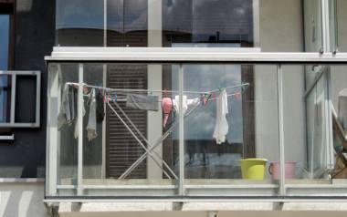 Pranie rozwieszane między ceglanymi ścianami domów. Bielizna sąsiadek wywieszona na balkonie w blokowisku. Razi czy nie? No właśnie. W różnych rejonach