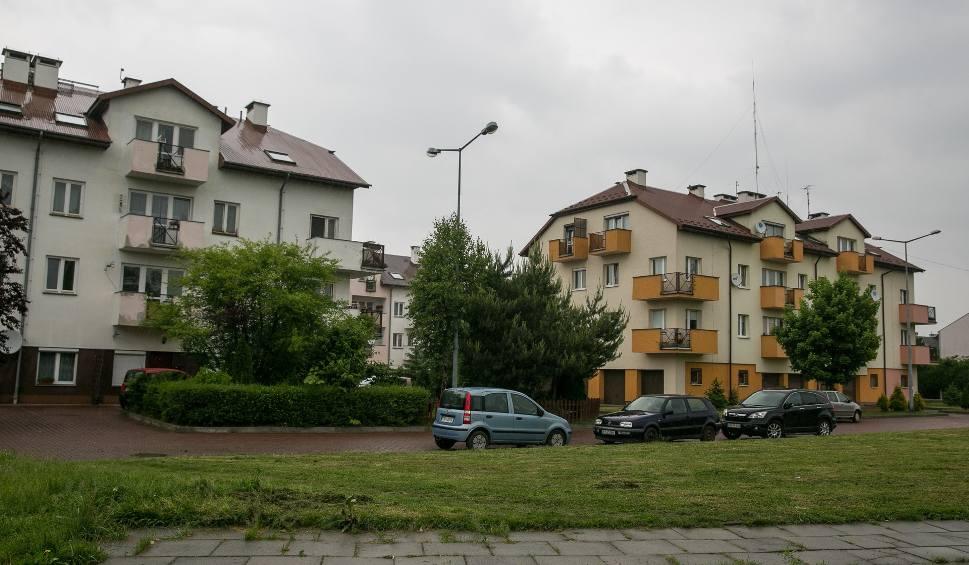 Film do artykułu: Kraków. Na Złocieniu rządzą deweloperzy. Nie ma tu miejsca dla szkoły [ZDJĘCIA]