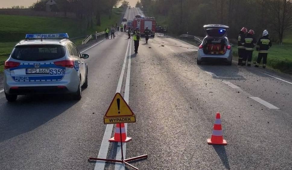 Film do artykułu: Wypadek w Baćkowicach. Nie żyje 19-latek, dwóch rannych. Krajowa trasa była całkowicie zablokowana