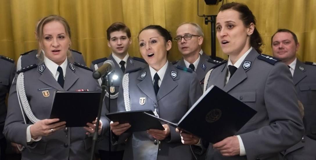 """Poszukiwaniem """"Patrona Policji"""" oraz miejsca na spektakl teatralny pod tytułem """"Służba"""" zajmuje się teraz część policjantów z komendy wojewódzkiej w"""