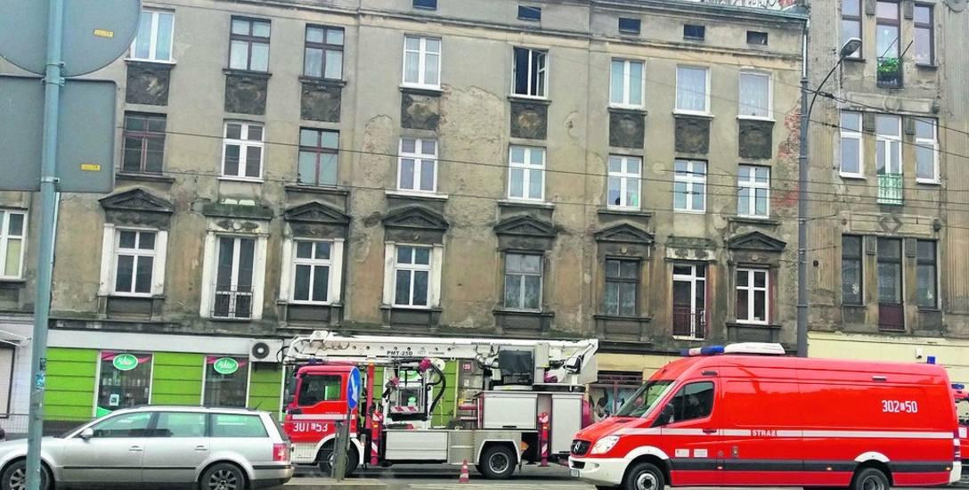 Przy ul. Limanowskiego 26 ogień tlił się w stropie między mieszkaniem na III piętrze a poddaszem.