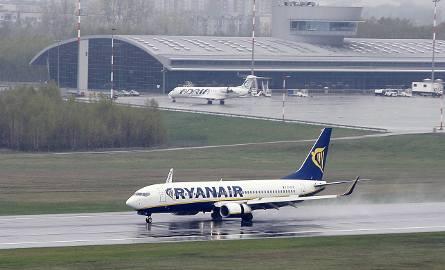Obecnie z łódzkiego lotniska latają tylko linie Ryanair obsługujące trzy regularne połączenia: do Londynu Stansted, East Midlands i Dublina. Wakacyjnych