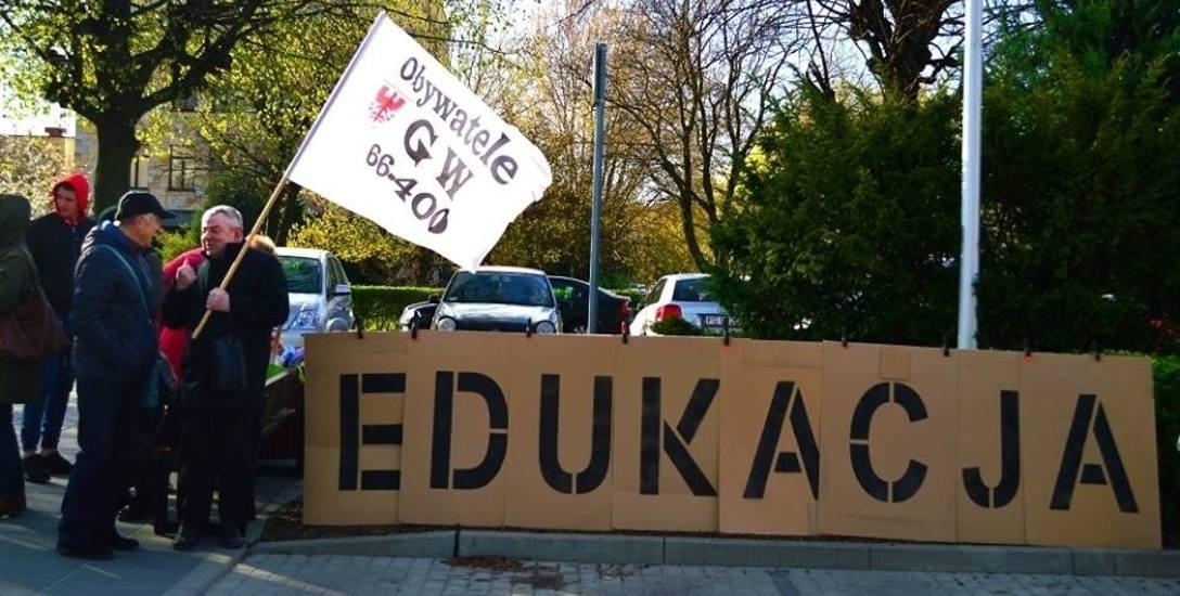 Działacze Obywateli wspierają nauczycieli także pikietami przed urzędem wojewódzkim.