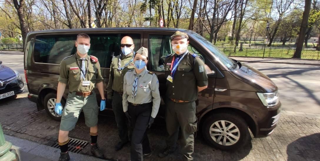 Tea time. Krakowscy harcerze piją herbatę z seniorami