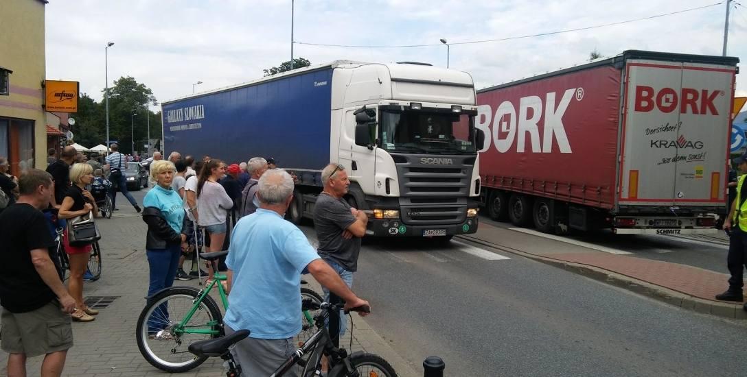 Centrum Węgierskiej Górki. Tiry i ciężarówki  rozjeżdżają trę miejscowość. A obejścia wciąż nie ma