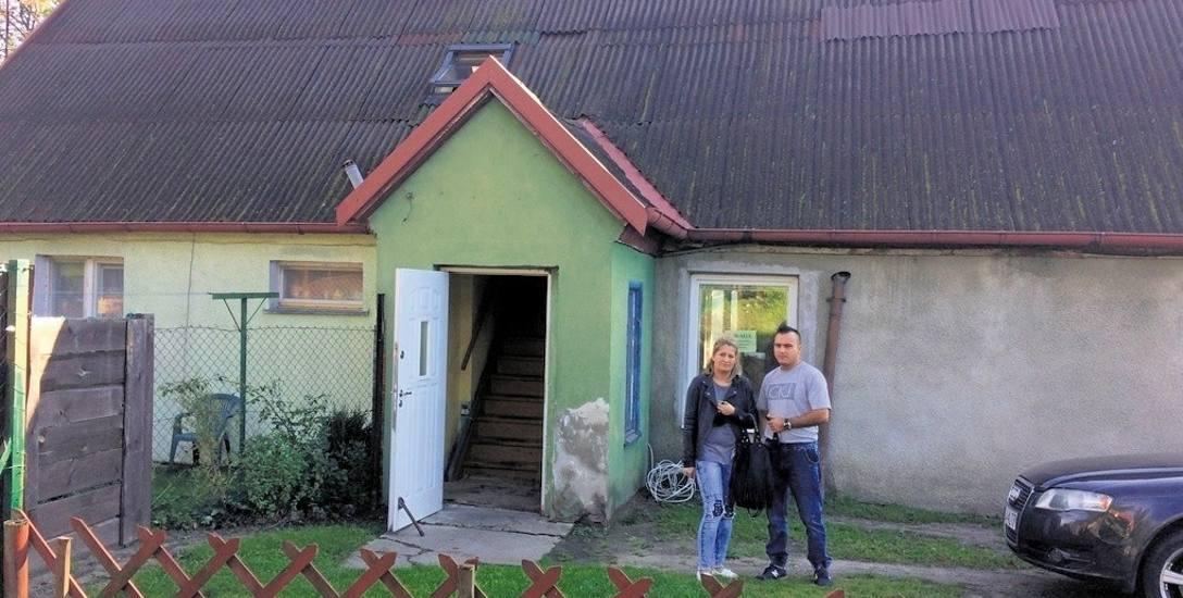 Paulina i Bogusław Zembroniowie pod domem w Juszkowie, zniszczonym latem ub. roku wskutek remontu u sąsiada. Ich mieszkanie, odnowione za ostatnie oszczędności,
