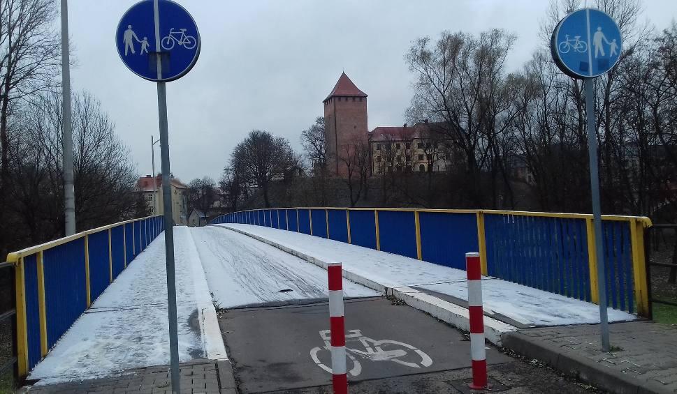 Film do artykułu: Jest bardzo ślisko na drogach i mostach, szczególnie rankami. Chwycił mróz a piaskarek jeszcze nie widać