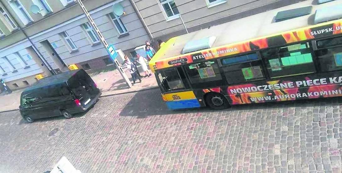 W miejscu, gdzie tymczasowo na ul. Partyzantów zatrzymują się autobusy, bardzo często parkują samochody osobowe, których kierowcy łamią w ten sposób