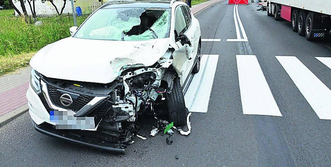 Widok straszny... Motocyklista wbił się w nissana, w aucie wystrzeliły wszystkie poduszki, samochód niemal w połowie został zgnieciony