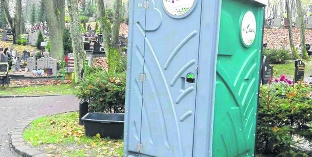 Na czas święta zmarłych na starym i nowym cmentarzu postawiono w sumie 10 dodatkowych toalet przenośnych.