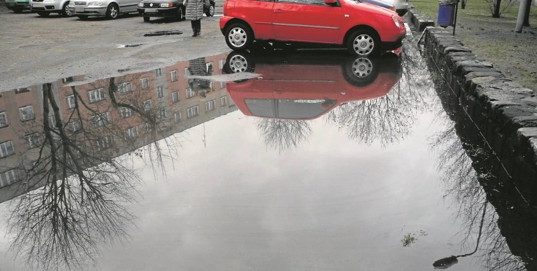 Tak jest  na parkingu między blokami nr 6, 7 i 8   na osiedlu Kopernika jak tylko popada deszcz. Do samochodu trzeba iść w kaloszach
