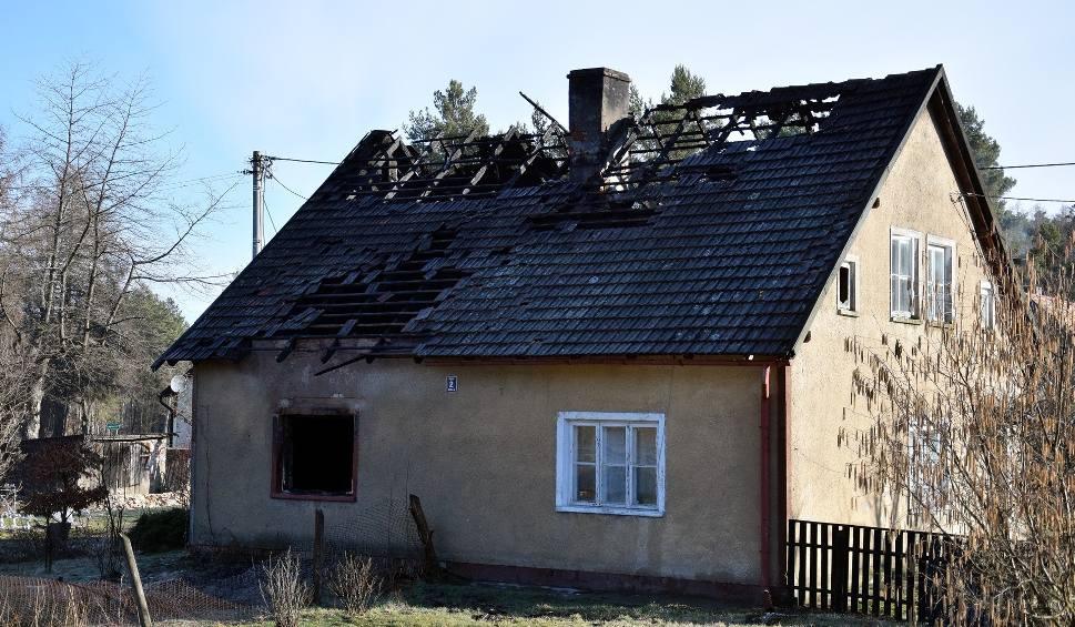 Film do artykułu: Spłonął dom w Białej. Dwóch mężczyzn jest poparzonych (zdjęcia, wideo)