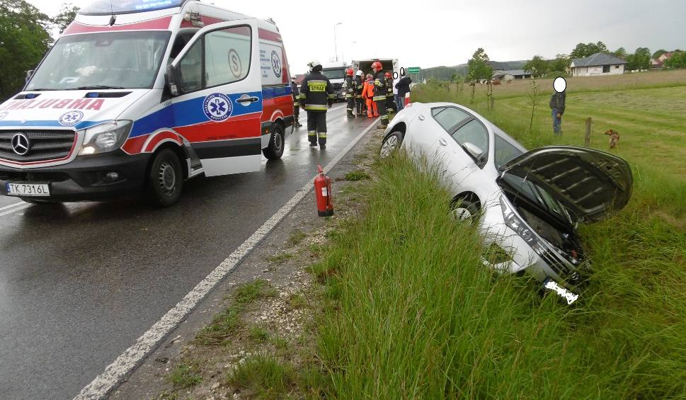 Film do artykułu: W Jakubowie w powiecie włoszczowskim samochód zjechał na lewy pas, a później do rowu