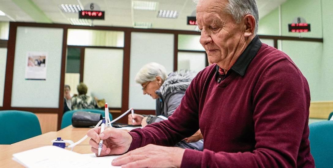 Kto tylko uzyska uprawnienia do emerytury - składa o nią wniosek. Pokazują to statystyki ZUS. Mało kto odkłada tę decyzję.
