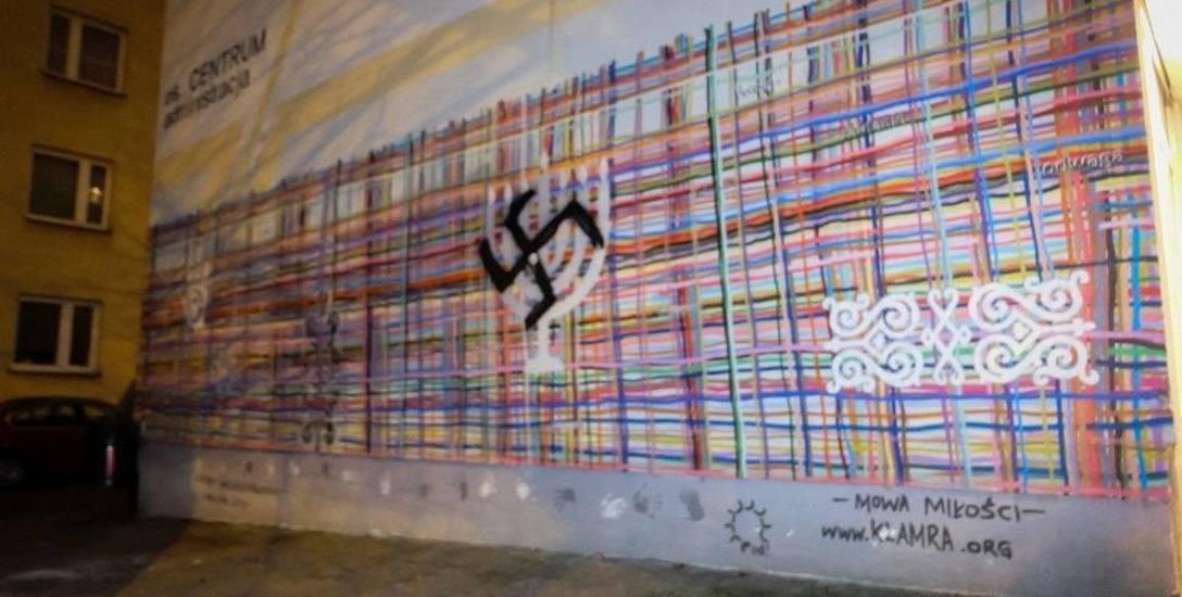 Neofaszyzm. W centralnej części muralu przy al. Piłsudskiego - na menorze - ktoś namalował czarną swastykę. Nadal nie wiadomo, kto to był