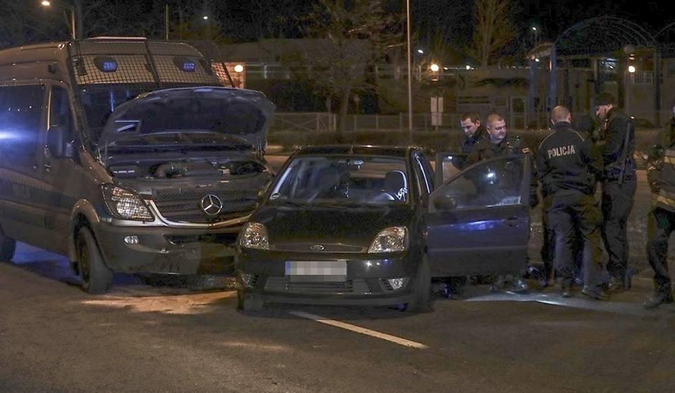 Film do artykułu: KRYMINALNY CZWARTEK. Szaleniec uciekał ulicami Zielonej Góry. Uderzał w radiowóz, prawie przejechał policjanta