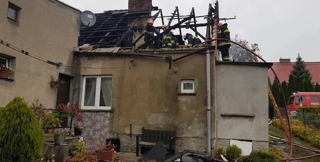 Dach nad głową straciło siedem osób. Straty oszacowano na 200 tysięcy złotych.