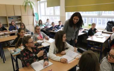 Pensja nauczyciela składa się z wynagrodzenia zasadniczego i różnego rodzaju dodatków