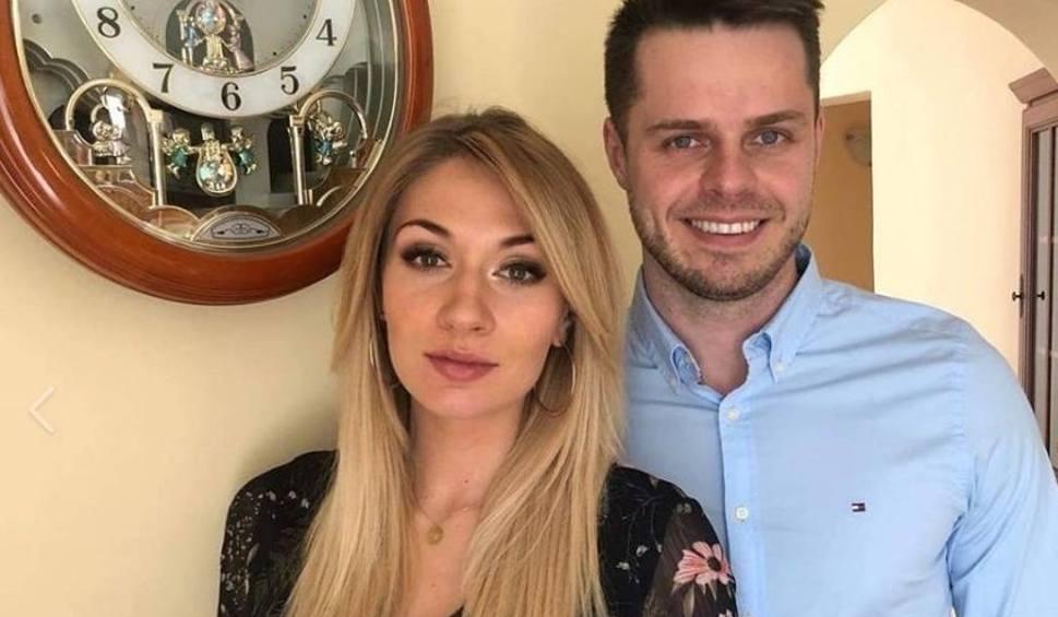 """Film do artykułu: Trener Mateusz Grabda i znana wokalistka """"CamaSutra"""" mają bliźnięta Zosię i Stasia! [WIDEO]"""