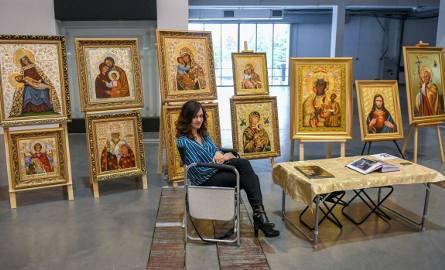 Książkowe nowości religijnych wydawnictw, oferty pielgrzymek, katolickie rzeźby czy malarstwo chrześcijańskie w trójwymiarze były dostępne dla osób,