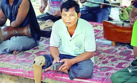 Jeden z członków zespołu muzyków - ofiar min lądowych