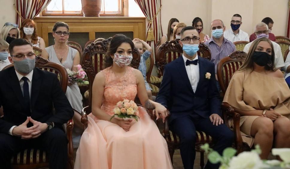 Film do artykułu: Wesela w Beskidach odwołane przez koronawirusa. Ślub w górach w żółtej strefie zakażeń może być ryzykowny