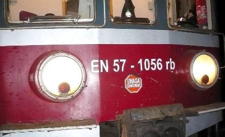 Mercedes zderzył się z pociągiem. Kierowca uciekł [FOTO]