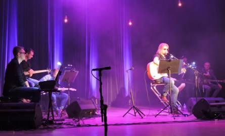 Piotr Grzyb i Zupa Grzybowa zagrali koncert na rzecz pogorzelców z Głażewa-Cholew, gm. Młynarze, którzy stracili dom