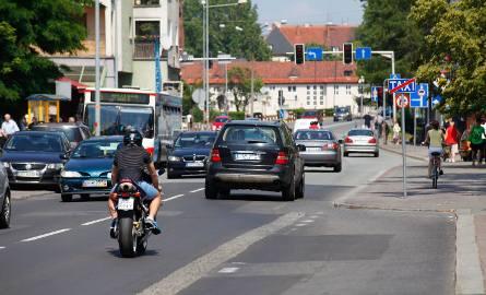 Ulica Spychalskiego jest bardziej zatłoczona odkąd jeżdżą nią autobusy, dla których zamknięto most na ul. Niemodlińskiej