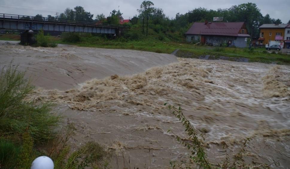 Film do artykułu: Alarm powodziowy w Małopolsce, sytuacja stablizuje się