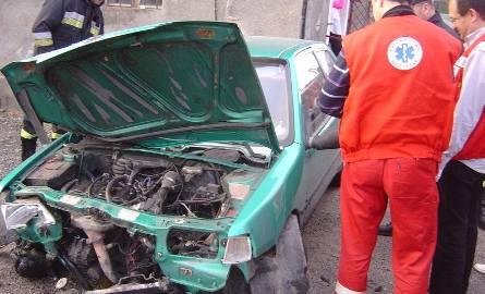 Wypadek w Witoszynie. Samochód uderzył w barierkę i ścianę sklepu. Kierowca trafił do szpitala