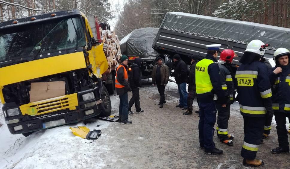 Film do artykułu: Maziarnia, gmina Bojanów. Zderzenie wojskowego jelcza z ciężarówką przewożącą drewniane kłody