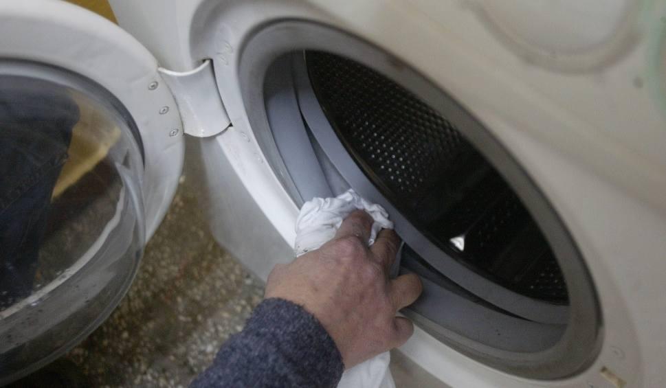 Film do artykułu: Czyszczenie pralki octem, sodą oczyszczoną, kwaskiem cytrynowym i domestosem. Domowe sposoby na czyszczenie pralki