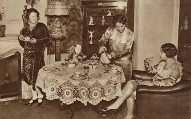 Popołudniowa herbatka. Rok 1929. Na taką okazję stół musiał być zastawiony porcelaną i przykryty eleganckim obrusem.
