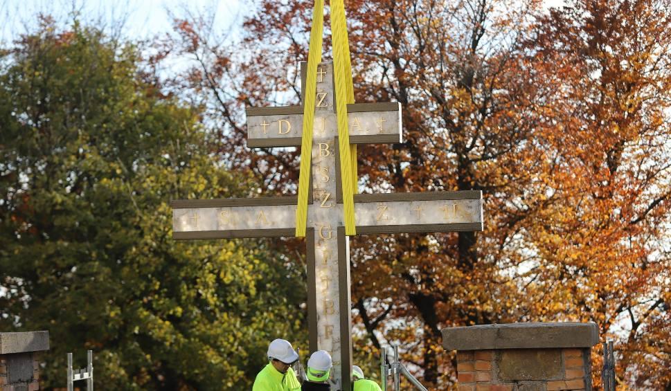 Film do artykułu: Krzyż morowy stanął na Świętym Krzyżu. Mszę odprawił biskup Krzysztof Nitkiewicz. Było wielu wiernych [ZDJĘCIA, WIDEO]