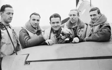 W trakcie II wojny światowej był bohaterskim pilotem słynnego Dywizjonu 303. Po wojnie rozpoczął karierę najemnika. Walczył przede wszystkim w KonguNigdy