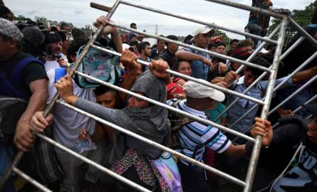 Karawana z tysiącami migrantów zmierzających do USA zatrzymana przez meksykańską policję na granicy
