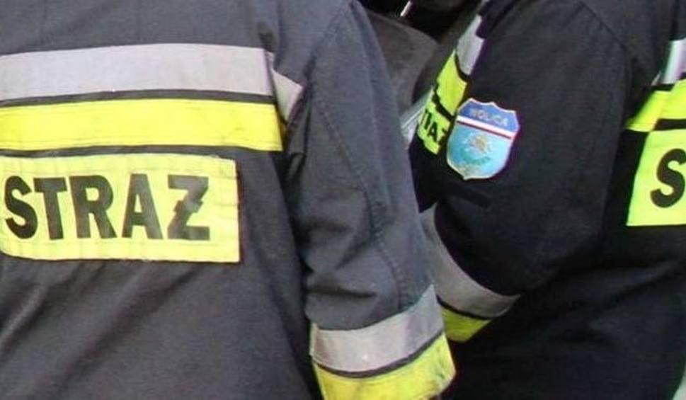 Film do artykułu: Nocą ktoś ułożył na torach w Sobótce oponę i podpalił ją. Strażacy w akcji
