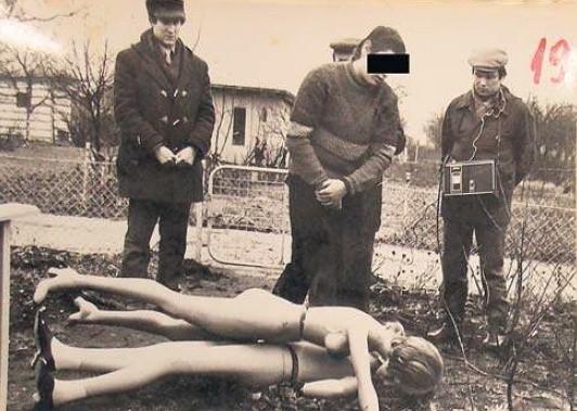 Władysław G. podczas wizji lokalnej pokazuje, jak ułożył zwłoki