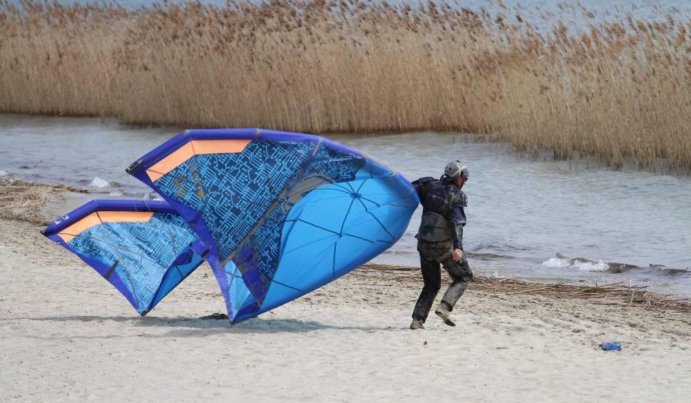 Film do artykułu: Paralotniarz wpadł do Jeziora Tarnobrzeskiego. Na miejscu zdarzenia interweniowały służby (ZDJĘCIA)