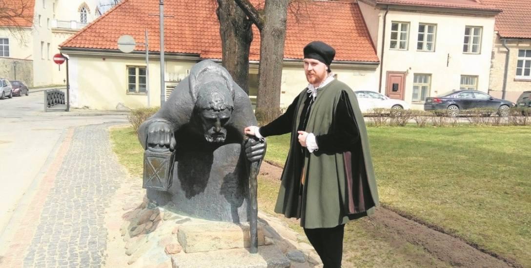 Łotewscy przewodnicy w Cesis wczuwają się w rolę czasem bardzo dosłownie