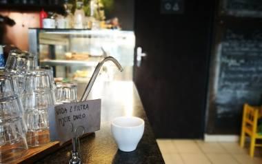 Bistro Synergia zachęca klientów do picia wody z kranu - przefiltrowanej - za damo i do woli
