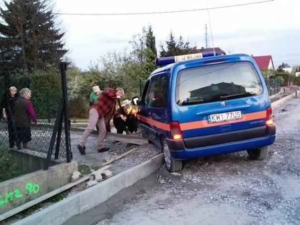 Na krawężniku utknął także samochód straży miejskiej. Zdjęcie zrobione przez mieszkańców Kokotowa.
