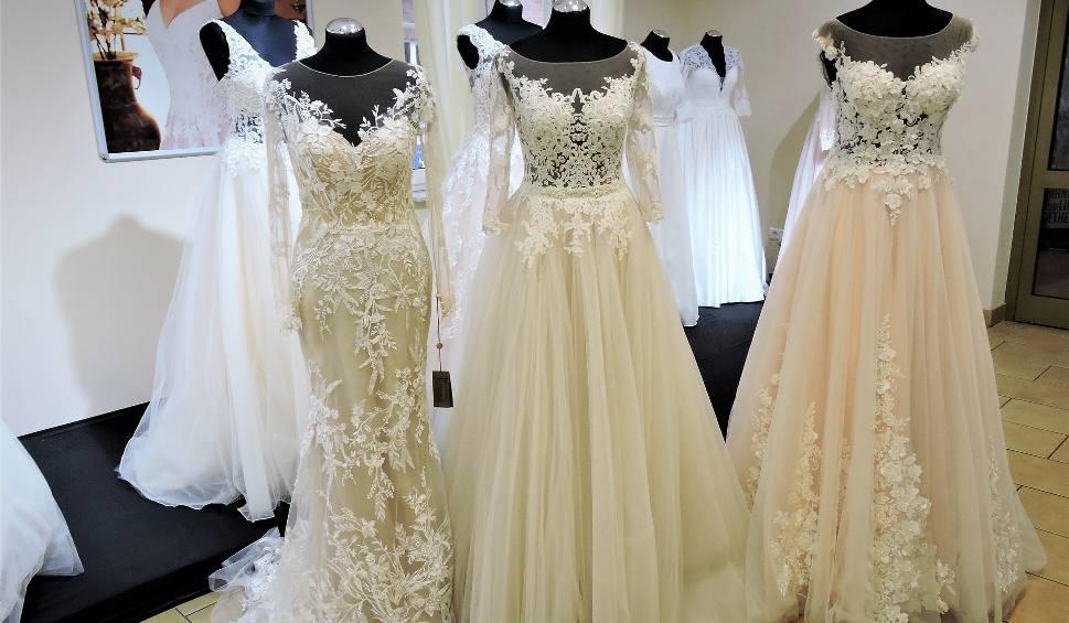 Film do artykułu: Moda ślubna i suknie ślubne 2018. Co wybierają panny młode w Ostrołęce? Jakiej sukienki szukać? [ZDJĘCIA, MIEJSCA, WIDEO]