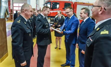 Dzisiaj w Bydgoszczy odbyła się uroczystość przekazania bonów paliwowych dla jednostek straży pożarnych z powiatów dotkniętych sierpniową nawałnicą.